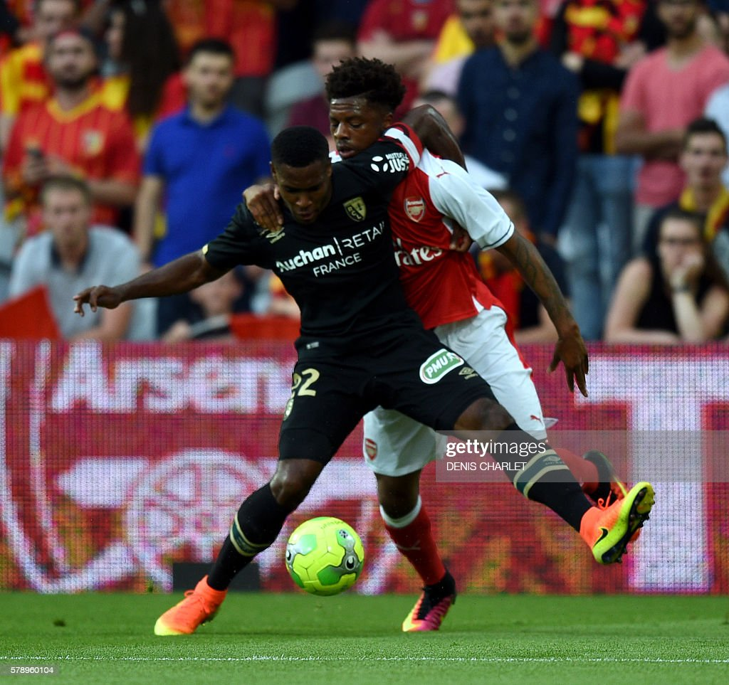 Arsenal's forward Chuba Akpom vies with French Lens's defender Jordan Ikoko (L) during the football match Lens versus Arsenal on July 22 2016, at the Felix Bollaert stadium in Lens. / AFP / DENIS