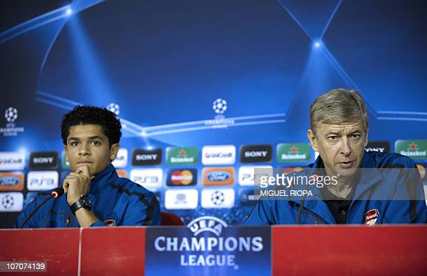Arsenal´s French coach Arsene Wenger and Brazilian midfielder Denilson attend a press conference at the Municipal Stadium in Braga on November 22 a...