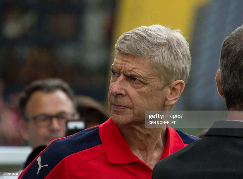 Arsenal's French coach Arsène Wenger looks on during the football match Lens Vs Arsenal on July 22 2016, at the Felix Bollaert stadium in Lens. / AFP / DENIS