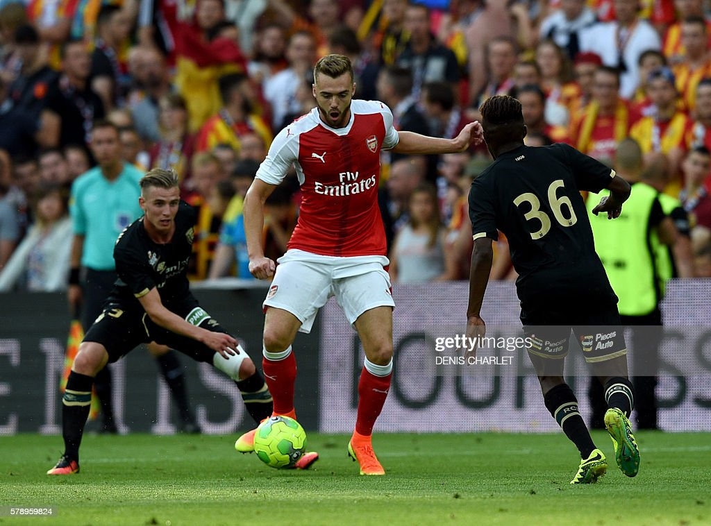 Arsenal's french defender Calum Chambers (C) vies with French Lens's forward Jonathan Nanizayamo (R) during the football match Lens Vs Arsenal on July 22 2016, at the Felix Bollaert stadium in Lens. / AFP / DENIS