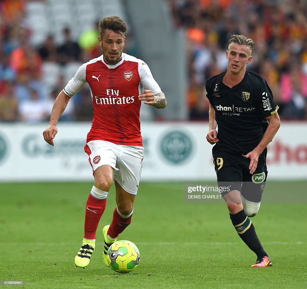 Arsenal's french defender Mathieu Debuchy vies with Lens's midfielder Benjamin Bourigeaud (R) during the football match Lens Vs Arsenal on July 22 2016, at the Felix Bollaert stadium in Lens. / AFP / DENIS