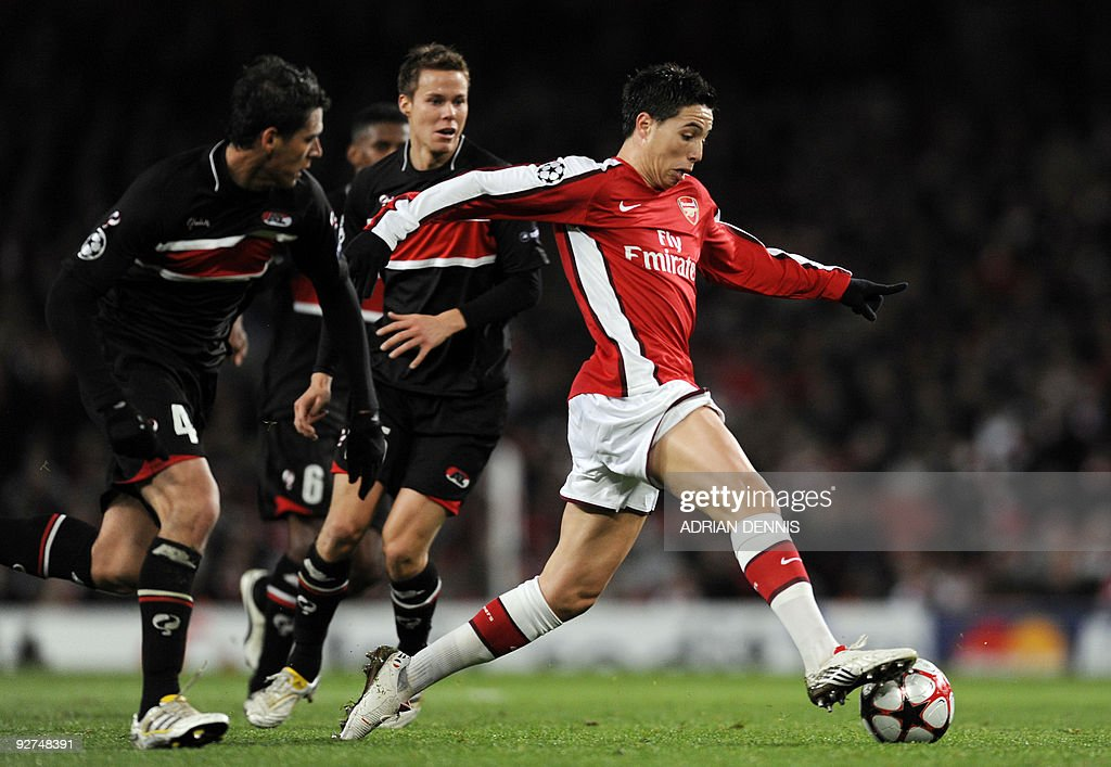 Arsenal's French midfielder Samir Nasri (R) runs with the ball past AZ Alkmaar's Mexican player Hector Moreno (L) during the Champions League Group H football match at The Emirates Stadium in London on November 04, 2009. AFP PHOTO / Adrian Dennis