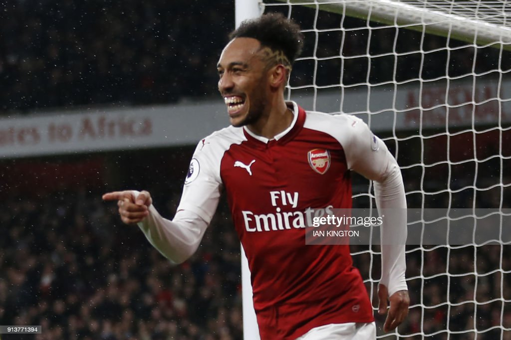 TOPSHOT - Arsenal's Gabonese striker Pierre-Emerick Aubameyang celebrates scoring the team's fourth goal during the English Premier League football match between Arsenal and Everton at the Emirates Stadium in London on February 3, 2018. / AFP PHOTO / IKIMAGES / Ian KINGTON / RESTRICTED TO EDITORIAL USE. No use with unauthorized audio, video, data, fixture lists, club/league logos or 'live' services. Online in-match use limited to 45 images, no video emulation. No use in betting, games or single club/league/player publications. /