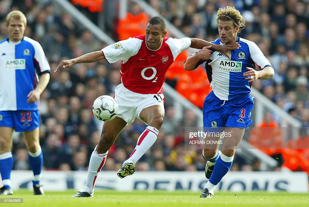 Arsenal's Gilberto (C) holds off Blackburn's Tugay : News Photo