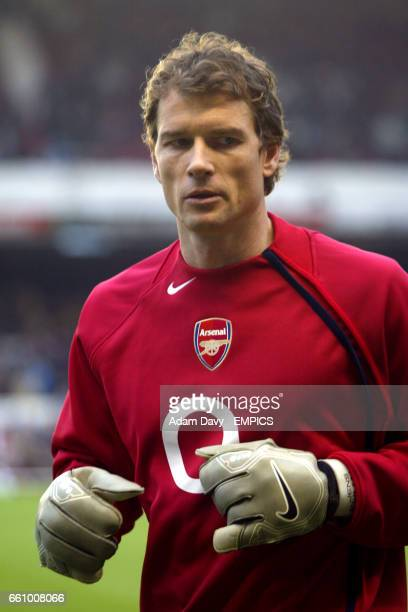 Arsenal's goalkeeper Jens Lehmann leaves the field after warming up