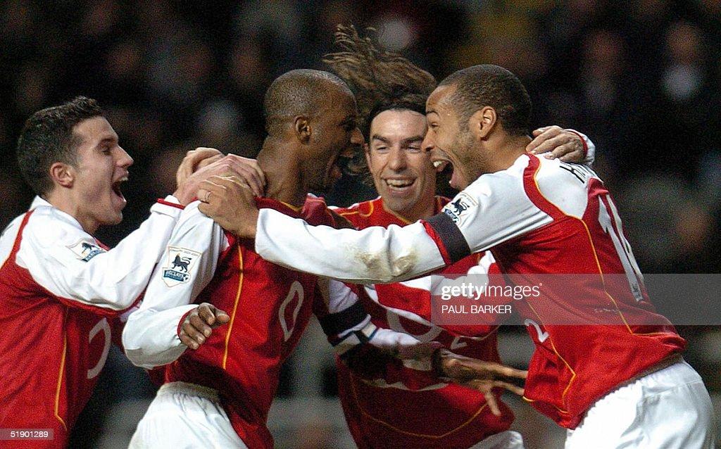 Arsenal's Patrick Vieira (2nd L) celebrat : News Photo