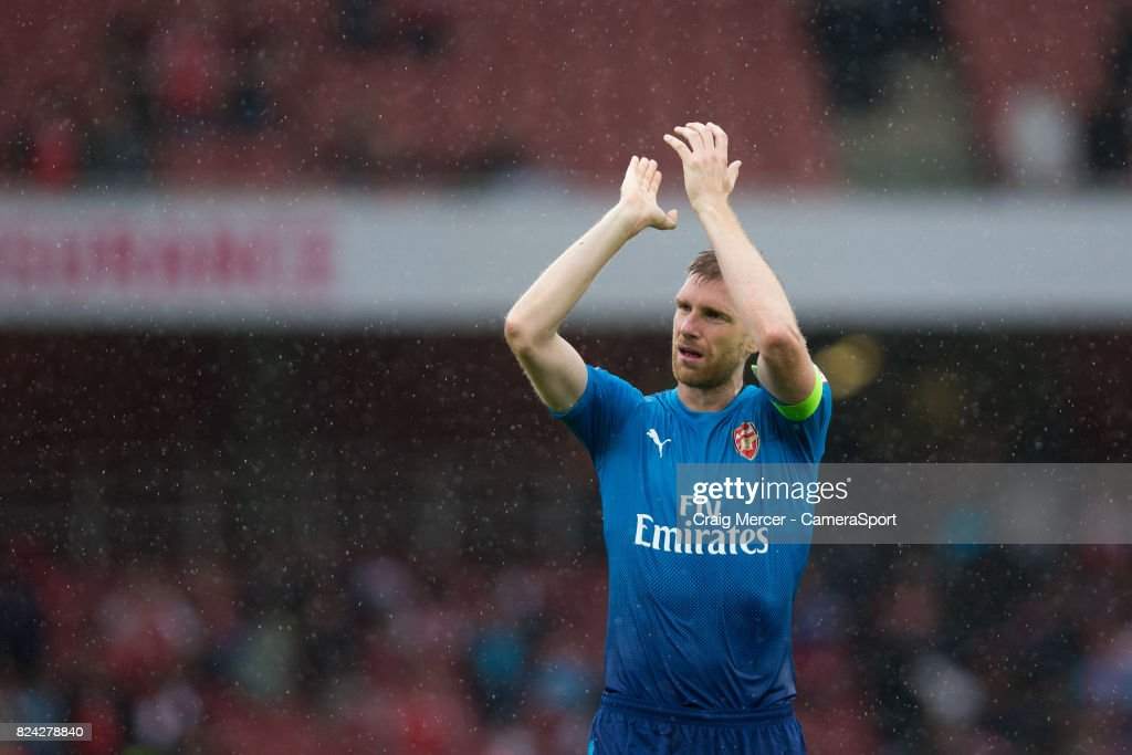 Arsenal's Per Mertesacker applauds the fans at the final whistle during the Emirates Cup match between Arsenal and SL Benfica at Emirates Stadium on July 29, 2017 in London, England.