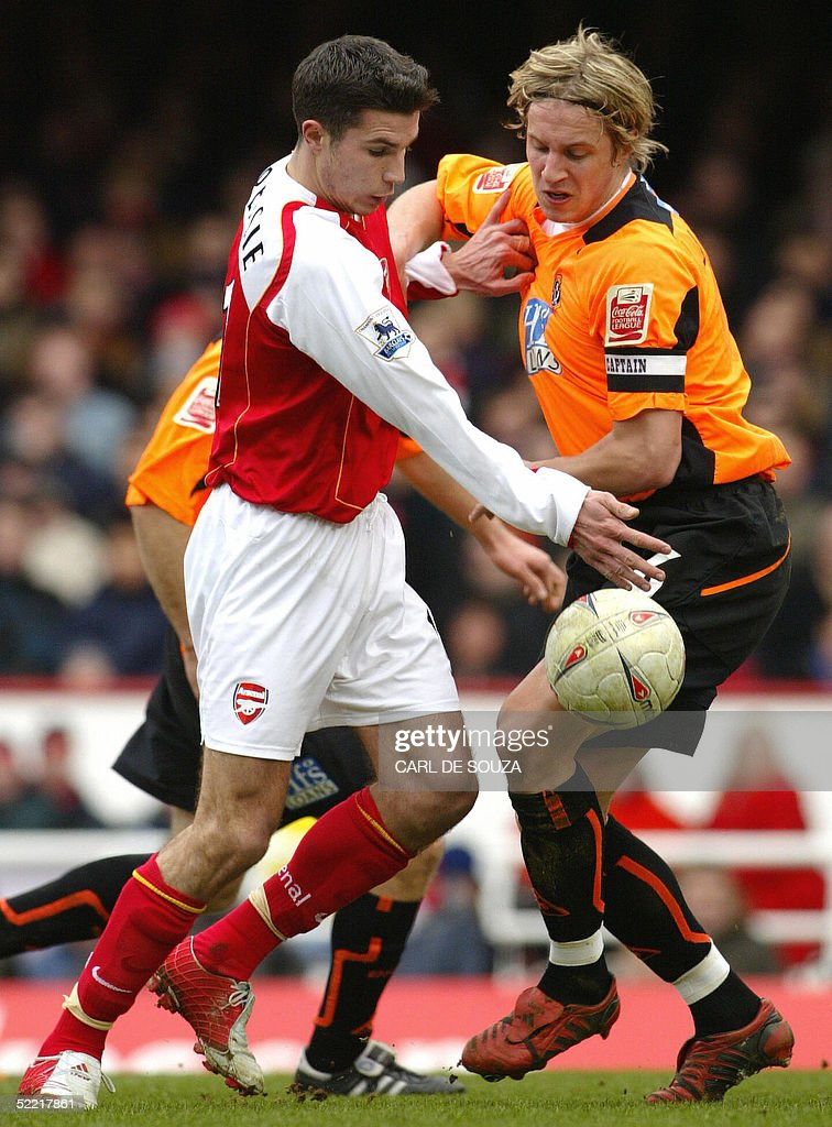 Arsenal's Robin Van Persie (L) vies with : News Photo