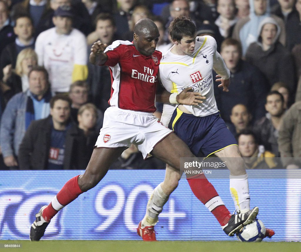 Arsenal's Sol Campbell (L) challenges To : News Photo