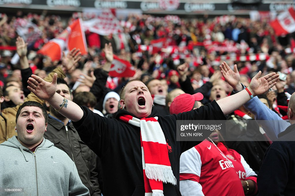 Arsenal's supporters cheer before the Ca : News Photo