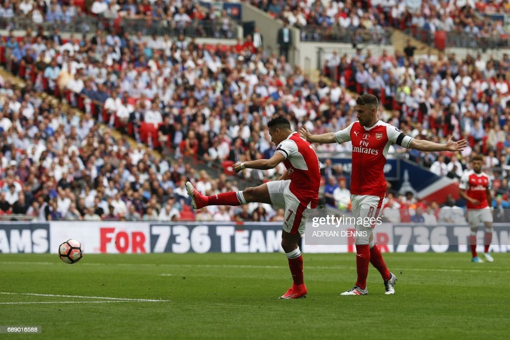 Arsenal's Welsh midfielder Aaron Ramsey (R) stands back and lets Arsenal's Chilean striker Alexis Sanchez (L) shoot and score the opening goal of the English FA Cup final football match between Arsenal and Chelsea at Wembley stadium in London on May 27, 2017. / AFP PHOTO / Adrian DENNIS / NOT