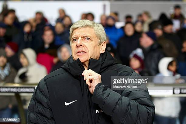 Arsene Wenger manager / head coach of Arsenal zips up his coat