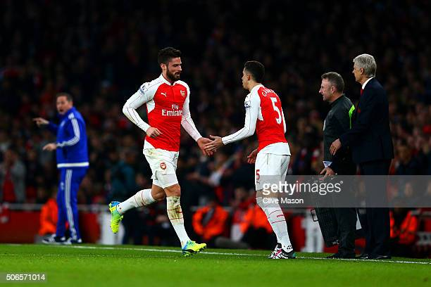 Arsene Wenger Manager of Arsenal looks on as Olivier Giroud of Arsenal is substituted for Gabriel Paulista during the Barclays Premier League match...