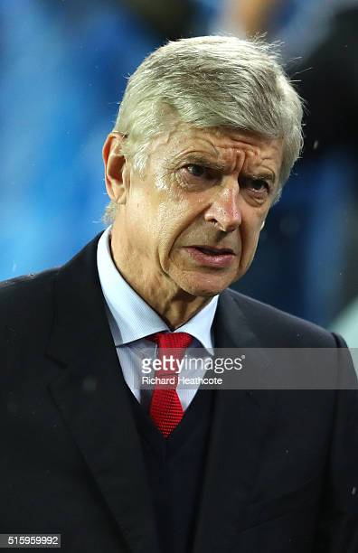 Arsene Wenger Manager of Arsenal looks on prior to the UEFA Champions League round of 16 second Leg match between FC Barcelona and Arsenal FC at Camp...