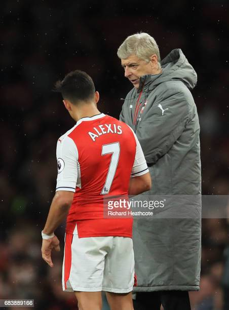 Arsene Wenger Manager of Arsenal speaks to Alexis Sanchez of Arsenal during the Premier League match between Arsenal and Sunderland at Emirates...