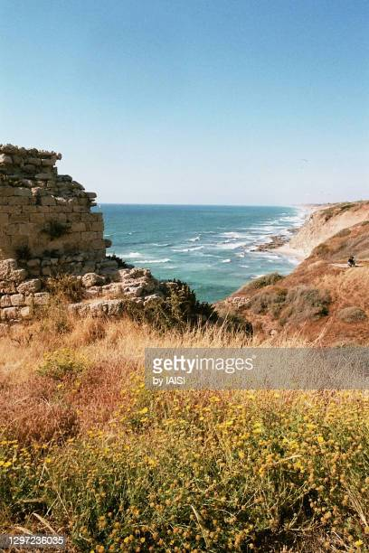arsuf, part of crusader-time ruined fortress, a view to the northern israeli coastline and the turquoise mediterranean sea - wonder película de 2017 fotografías e imágenes de stock