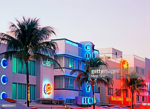 art deco buildings on ocean drive - miami foto e immagini stock