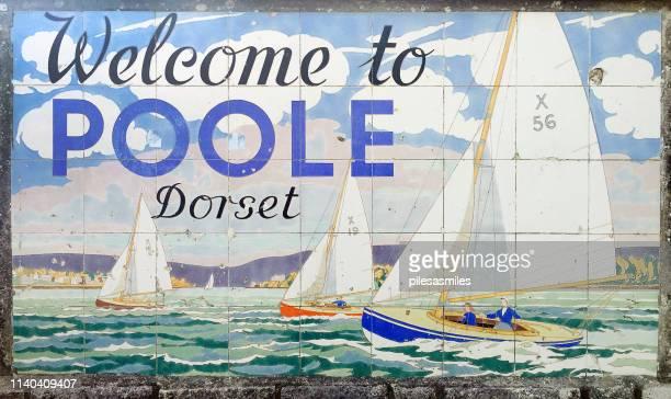 プール郡境の入り口のアールデコタイル、イングランド、英国 - プール湾 ストックフォトと画像
