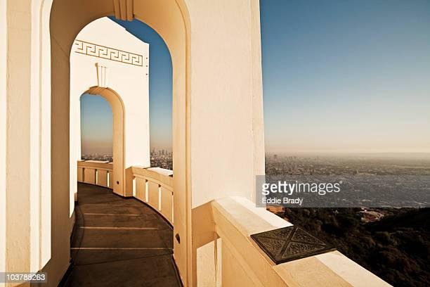 art deco-style balcony at griffith observatory. - observatorium stock-fotos und bilder