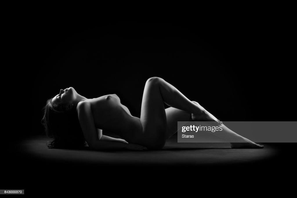 Kunst nackt, perfekten nackten Körper, sexy Frau auf dunklem Hintergrund : Stock-Foto