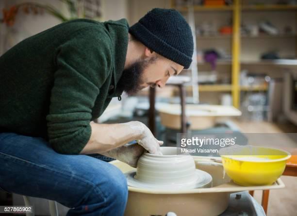 art school student working with clay - tonkeramik stock-fotos und bilder