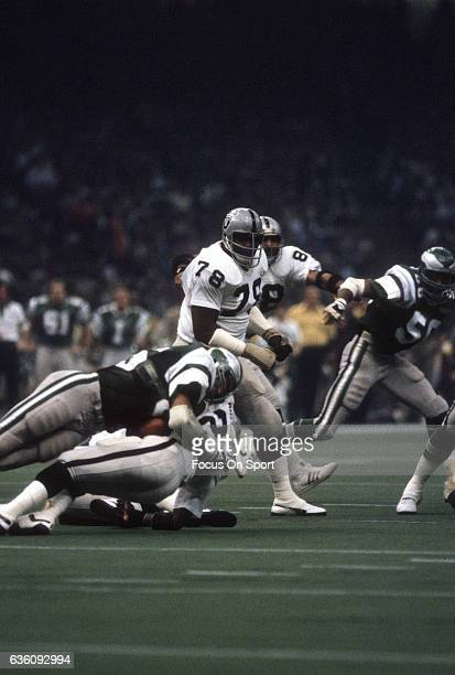 Art Shell of the Oakland Raiders in action against the Philadelphia Eagles during Super Bowl XV at the Louisiana Superdome January 25 1981 in New...