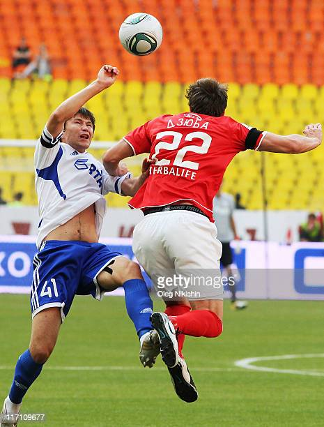 Artem Dzuba of FC Spartak Moscow battles for the ball with Alexander Sapeta of FC Dinamo Moscow during the Russian Football League Championship match...
