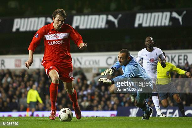 Artem Dzuba of Spartak rounds Heurelho Gomes of Spurs to score his team's second goal during the UEFA Cup Group D match between Tottenham Hotspur and...