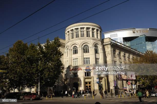Artere principale du centre ville de Chisinau. Batiment de la poste Moldave.