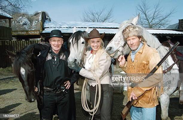 """Arthur Brauss, Horst Janson, Christine Zierl , Pferde, """"Karl May-Festspiele"""", Bad Segeberg, reiten, Western-Kostüme, Hut """"Stetson"""", Tier,..."""