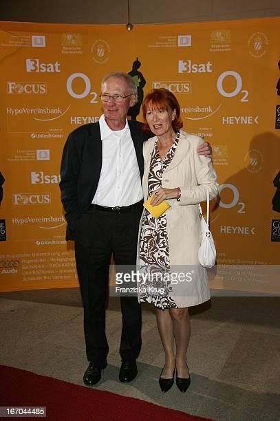 Arthur Brauss Und Ehefrau Maria Bei Der Verleihung Des 6. Internationalen Buchpreis Corine Im Prinzregententheater In München .