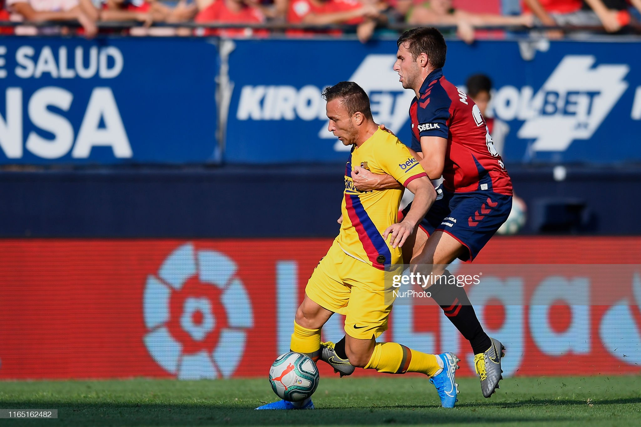 صور مباراة : أوساسونا - برشلونة 2-2 ( 31-08-2019 )  Arthur-melo-of-barcelona-and-jon-moncayola-of-osasuna-competes-for-picture-id1165162482?s=2048x2048