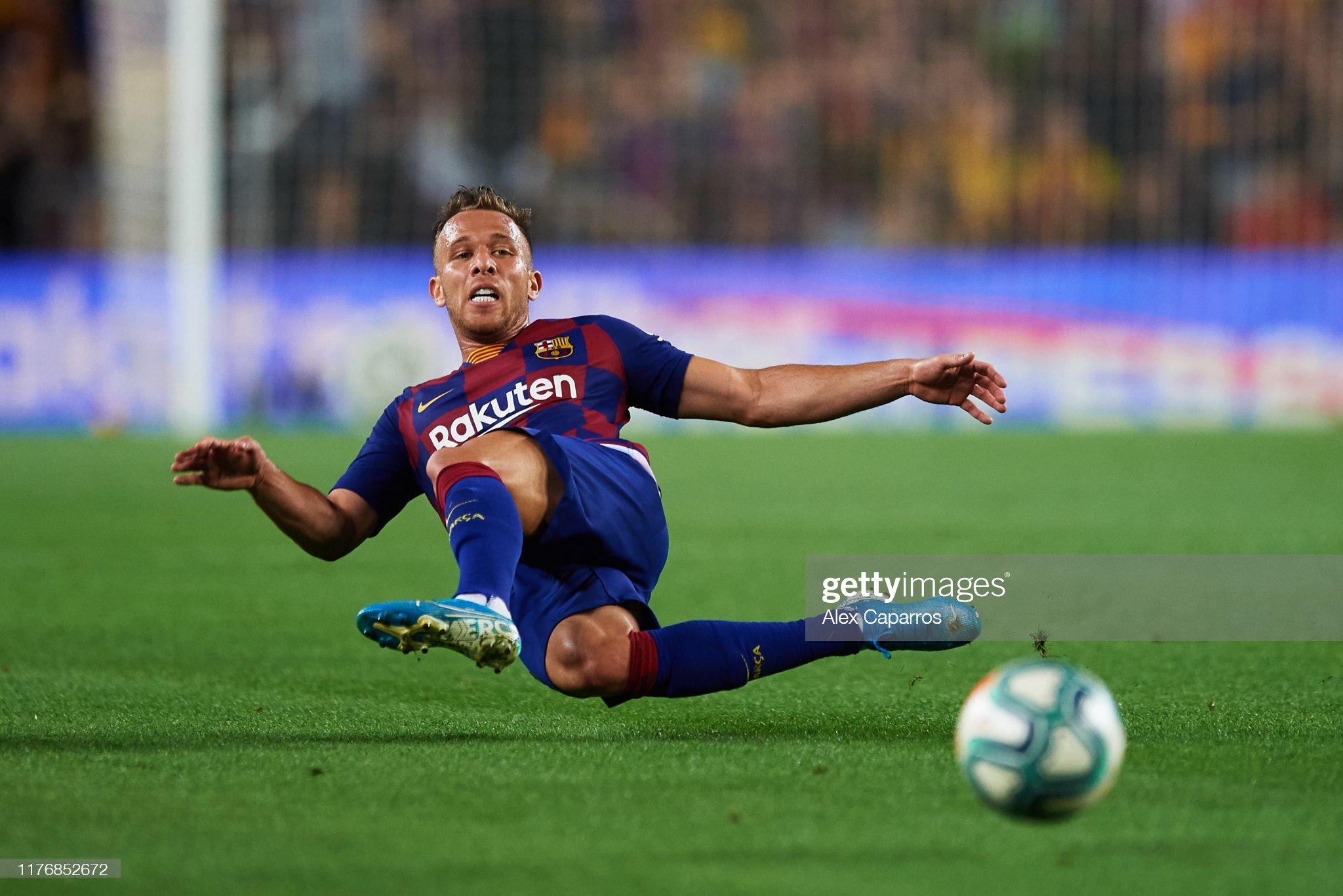 صور مباراة : برشلونة - فياريال 2-1 ( 24-09-2019 )  Arthur-melo-of-fc-barcelona-plays-the-ball-during-the-liga-match-fc-picture-id1176852672?s=2048x2048