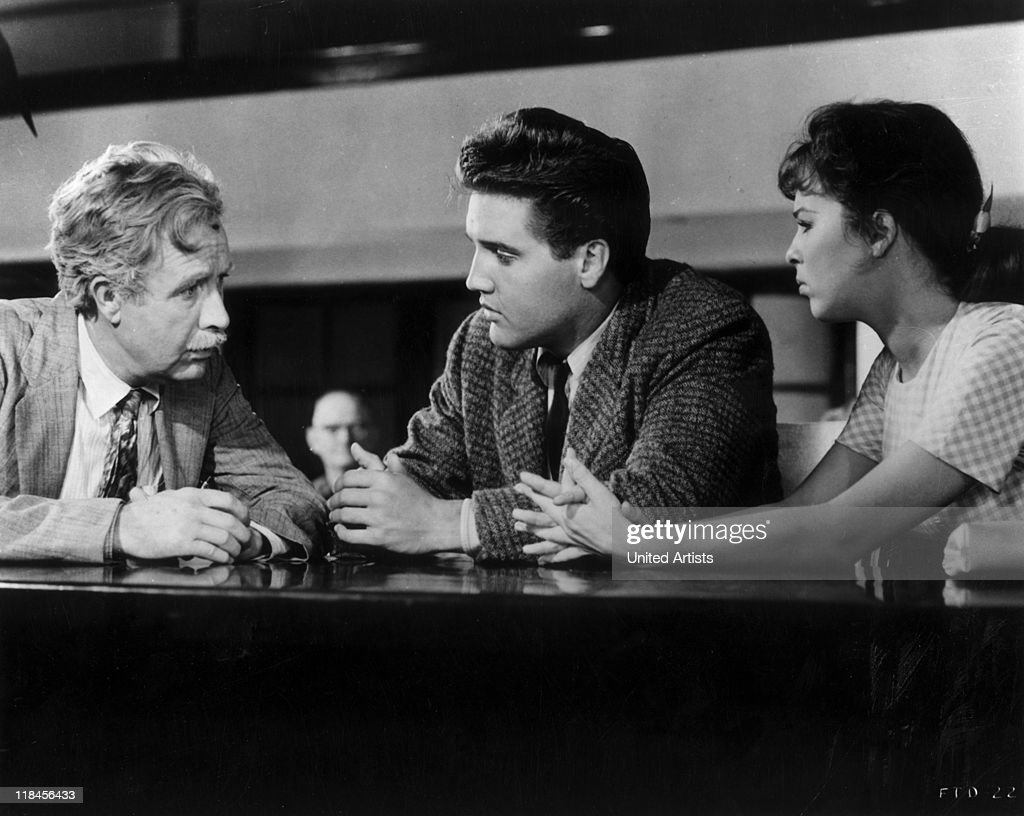 Arthur O'Connell (1908–1981), US actor, with US singer and actor Elvis Presley (1935-1977) and Canadian actress Anne Helm in a publicity image issued for the film 'Follow That Dream', USA, circa 1962. The 1962 film musical, directed by Gordon Douglas (1907–1993), starred C'Connell as 'Pop Kwimper', Presley as 'Toby Kwimper', and Helm as 'Holly Jones'.