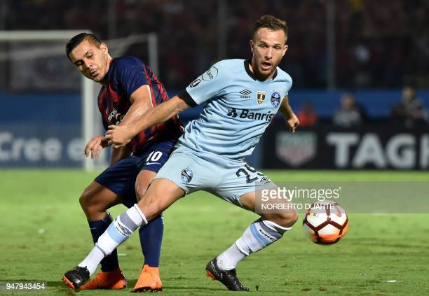 Arthur of Brazils Gremio vies for the ball with Jorge Rojas of Paraguay's Cerro Porteno during their Copa Libertadores football match held at Pablo...