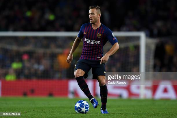 Arthur of FC Barcelona runs with the ball during the Group B match of the UEFA Champions League between FC Barcelona and FC Internazionale at Camp...