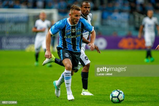 Arthur of Gremio battles for the ball against Airton of Botafogo during the match Gremio v Botafogo as part of Brasileirao Series A 2017 at Arena do...