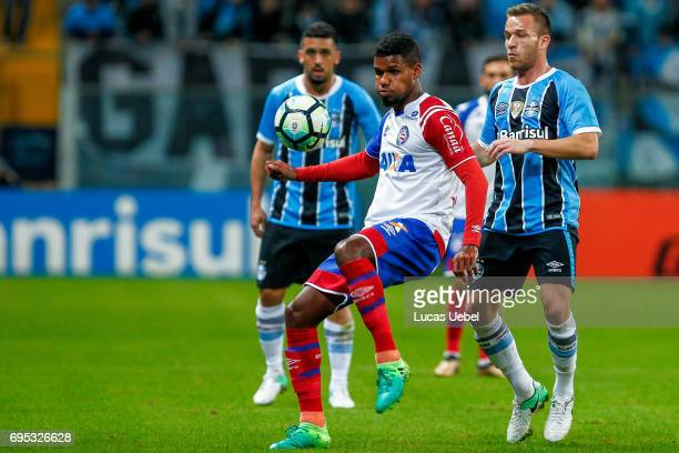 Arthur of Gremio battles for the ball against Matheus Reis of Bahia during the match Gremio v Bahia as part of Brasileirao Series A 2017 at Arena do...
