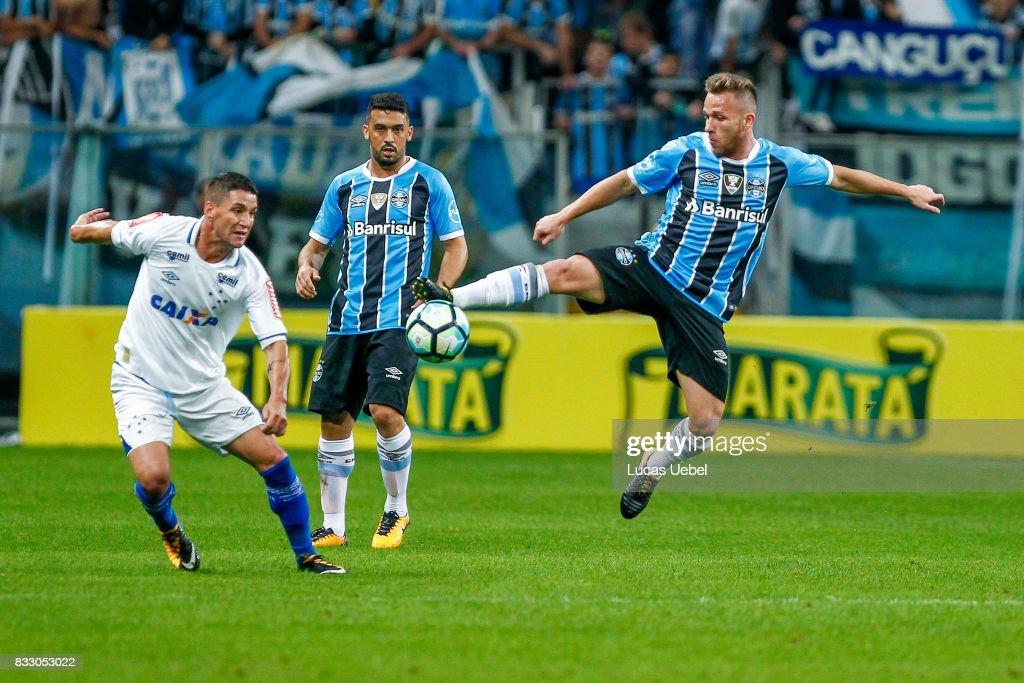 Arthur of Gremio battles for the ball against Thiago Neves of Cruzeiro during the Gremio v Cruzeiro match, part of Copa do Brasil Semi-Finals 2017, at Arena do Gremio on August 16, 2017 in Porto Alegre, Brazil.