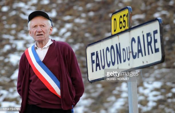 Arthur Richier, 86 ans, maire de Faucon-du-Caire depuis 1947 pose, le 22 janvier 2008, à l'entrée de son village. A 86 ans, Arthur Richier, maire...
