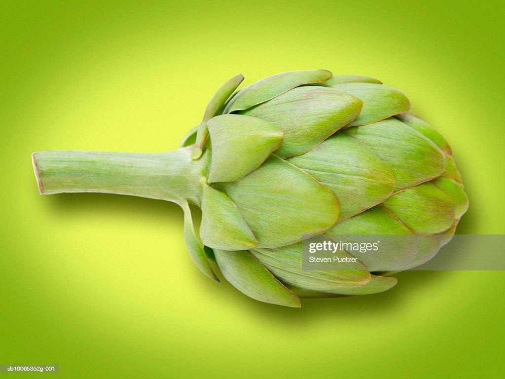 Artichoke against green background, close-up : Foto stock