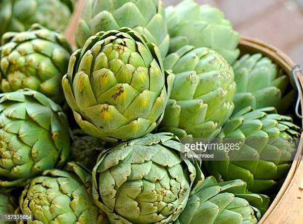 carciofo in cesti di fresca primavera verdura al mercato di prodotti agricoli - carciofo foto e immagini stock