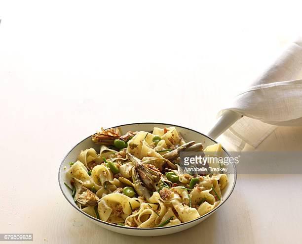artichoke pappardelle noddles with fava beans - carciofo foto e immagini stock