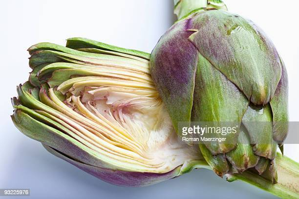 artichoke (cynara cardunculus, syn. cynara scolymus) sliced in half, close-up - carciofo foto e immagini stock