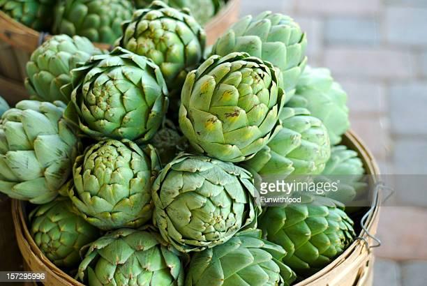cesti carciofi freschi di primavera di verdure cibo al farmer's market - carciofo foto e immagini stock