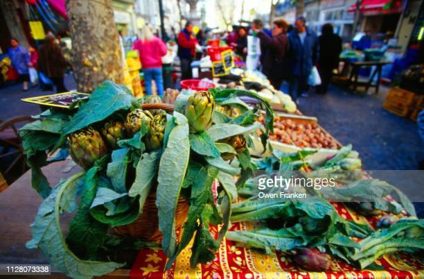 artichokes for sale - image photos et images de collection