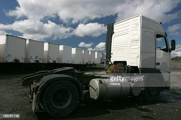 Articulé camion et remorque dans le parc