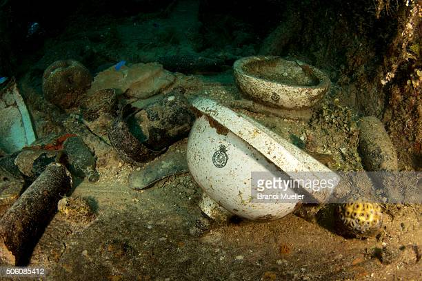 artifacts on the kensho maru - lagon chuuk photos et images de collection