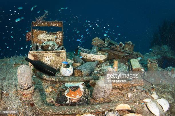 artifacts on the shinkoku maru - lagon chuuk photos et images de collection