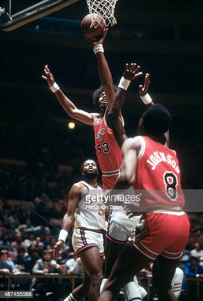 Artis Gilmore of the Chicago Bulls shoots against the New York Knicks during an NBA basketball game circa 1978 at Madison Square Garden in the...